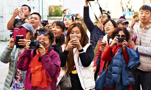 yb-chinese-tourists